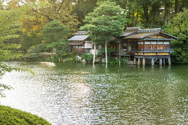 Uchihashi-tei tea house surrounded by trees overlooking lake