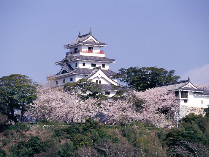 This castle is located facing the sea and is situated in the northern part of Karatsu City.